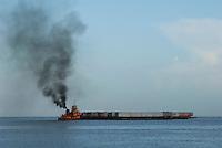 Transporte de contêiners por balsa atravessa a baia do Guajará.<br /> Belém, Pará, Brasil.<br /> Foto Carlos Barreto<br /> 13/06/2014
