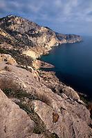 Spanien, Balearen, Ibiza, Küste beim  Wachturm Torre del Pirata (= Torre des Savinar) auf Cap del Jueu