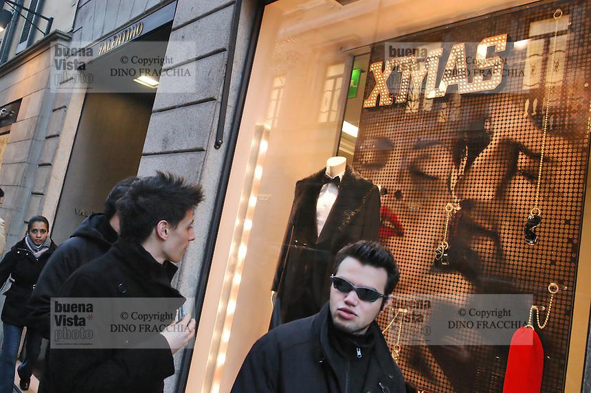 - shopping nel centro di Milano, corso Vittorio Emanuele e via Montenapoleone, negozio Valentino.- shopping in the center of Milan, Vittorio Emanuele and  Montenapoleone street, Valentino shop Italian town