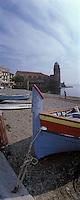 Europe/France/Languedoc-Roussillon/66/Pyrénées-Orientales/Collioure: la plage avec lesbarques catalanes des pécheurs et les maisons sur le port et l'église avec son clocher dome qui fut l'ancien phare du port
