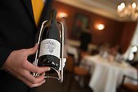 """Europe/Suisse/Jura Suisse/ Le Noirmont: Service du vin à l' Hôtel-Restaurant de la Gare :""""Georges Wenger"""""""