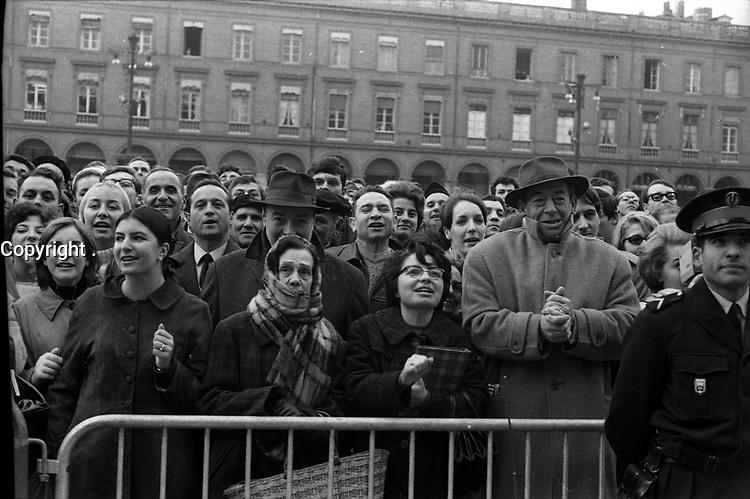 Place du Capitole. Le 5 Novembre 1966. Vue de la foule sur la place du Capitole pour la visite d'Alexis Kossyguine.