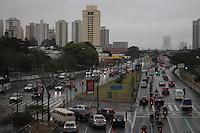 SAO PAULO, SP, 04.08.2013 - TRANSITO - SAO PAULO - Transito na Radial Leste altura do metro Carrao na manha desta quarta-feira, 04. (Foto: Jorge Andrade / Brazil Photo Press).