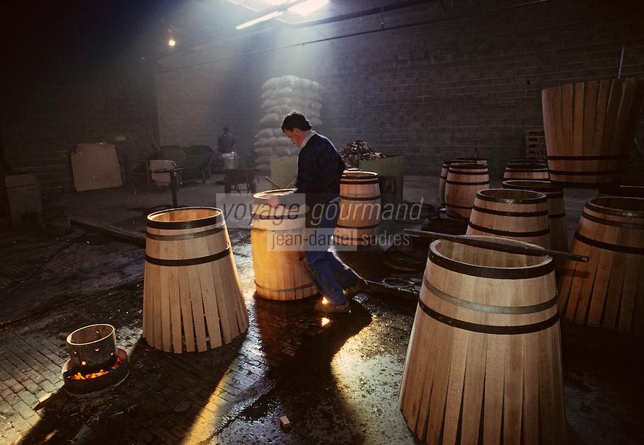 Europe/France/Poitou-Charentes/16/Charente/Cognac/Tonnellerie Seguin Moreau: Cintrage [Non destiné à un usage publicitaire - Not intended for an advertising use]<br /> PHOTO D'ARCHIVES // ARCHIVAL IMAGES<br /> FRANCE 1990