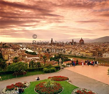 Italy, Tuscany, Florence: view from Piazza Michelangelo at sunset | Italien, Toskana, Florenz: Stadtansicht von der Piazza Michelangelo zum Sonnenuntergang