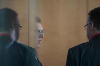 """Am Mittwoch den 11. Mai 2016 fand die 18. Sitzung des 2. NSU-Untersuchungsausschusses des Deutschen Bundestag statt. <br /> Als Zeugen waren gelanden: Kriminalhauptkommissar Mario Woetzel und der leitende Kriminaldirektor Michael Menzel.<br /> Kurz vor Sitzungsbeginn wurde dem Ausschuss durch die Bundesregierung mitgeteilt, dass (angeblich durch Zufall) ein Handy des V-Mannes """"Corelli"""" aufgetaucht sei. Das Handy wurde, nach Aussagen von Ausschussmitgliedern, schon 2015 gefunden, dies aber dem Ausschuss erst kurz vor der Sitzung am 11. Mai 2016 mitgeteilt. Es sollen sich ueber 200 Datensaetze mit Kontakten in die Naziszene in ganz Europa auf dem Handy befinden.<br /> Im Bild: Kriminaldirektor Michael Menzel. Mit im Gespraech mit einem Mitglied des thueringer NSU-Untersuchungsausschuss. Menzel hatte nach einem Bankueberfall und dem Brand im Wohnmobil von Uwe Mundlos und Uwe Boehnhardt am 4. November 2011 in Eisenach die Ermittlungen geleitet. Diese fuehrten letztlich auf die Spur des Nationalsozialistischen Untergrunds (NSU).<br /> 11.5.2016, Berlin<br /> Copyright: Christian-Ditsch.de<br /> [Inhaltsveraendernde Manipulation des Fotos nur nach ausdruecklicher Genehmigung des Fotografen. Vereinbarungen ueber Abtretung von Persoenlichkeitsrechten/Model Release der abgebildeten Person/Personen liegen nicht vor. NO MODEL RELEASE! Nur fuer Redaktionelle Zwecke. Don't publish without copyright Christian-Ditsch.de, Veroeffentlichung nur mit Fotografennennung, sowie gegen Honorar, MwSt. und Beleg. Konto: I N G - D i B a, IBAN DE58500105175400192269, BIC INGDDEFFXXX, Kontakt: post@christian-ditsch.de<br /> Bei der Bearbeitung der Dateiinformationen darf die Urheberkennzeichnung in den EXIF- und  IPTC-Daten nicht entfernt werden, diese sind in digitalen Medien nach §95c UrhG rechtlich geschuetzt. Der Urhebervermerk wird gemaess §13 UrhG verlangt.]"""
