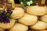 Italien, Piemont, Alessandria: Delikatessen Markt in der Altstadt - Kaese   Italy, Piedmont, Alessandria: market at Old Town - cheese