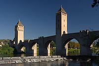Ce pont fortifie de Cahors protaigeait l'acces ouest de la peninsule formee par une boucle de la riviere le Lot..<br /> The three strengthened towers which protected the peninsula from Cahors has the west.