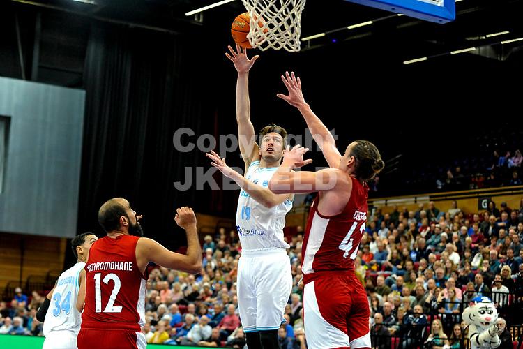 GRONINGEN - FIBA Basketbal-bubbel. finale, Donar - Lisboa Benfica seizoen 2021-2022, 01-10-2021, Donar speler Willem Brandwijk met Benfica speler Dennis Clifford
