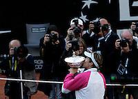 Finale del torneo femminile degli Internazionali d'Italia di tennis a Roma, 8 maggio 2010..Final match of the Italian Open tennis female tournament in Rome, 9 may 2010..Spain's Maria Jose' Martinez Sanchez kisses the trophy after defeating Serbia's Jelena Jankovic..UPDATE IMAGES PRESS/Riccardo De Luca