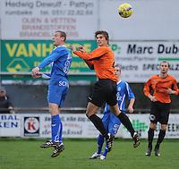 SV Rumbeke - Sasport Boezinge : luchtduel tussen Jan Decru (rechts) en Stijn Vanderstricht.foto VDB / BART VANDENBROUCKE.
