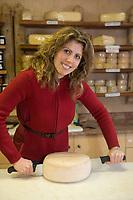 """Europe/Italie/Trentin Haut-Adige/Dolomites/Alta Badia/ San Cassiano:Marina Crazzola  dans la boutique  de sa fromagerie  """"Lüch da P'céi """"  produit un fromage de montagne  apparenté au Gruyère"""