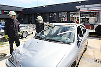 4. Erlebnistag der Feuerwehr Gross-Gerau<br /> Nancy Bosse schlägt die Frontscheibe ein beim Aufschneiden eines Autos und sägt das Glas, Gruppenleiter Steven Ternes sieht zu<br /> Foto: Vollformat/Marc Schüler, Schäfergasse 5, 65428 Rüsselsheim, Fon 0151/11654988, Bankverbindung Kreissparkasse Gross Gerau BLZ. 50852553 , KTO. 16003352. Alle Honorare zzgl. 7% MwSt.