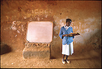 Mozambico,maestra e lavagna di una scuola elementare in provincia di Nampula