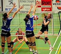 Tievolley Tielt - Vlamvo Vlamertinge : Julie Libeert smasht de bal voorbij Lieselot Leys (links) en Charlotte Mortier.foto VDB / BART VANDENBROUCKE