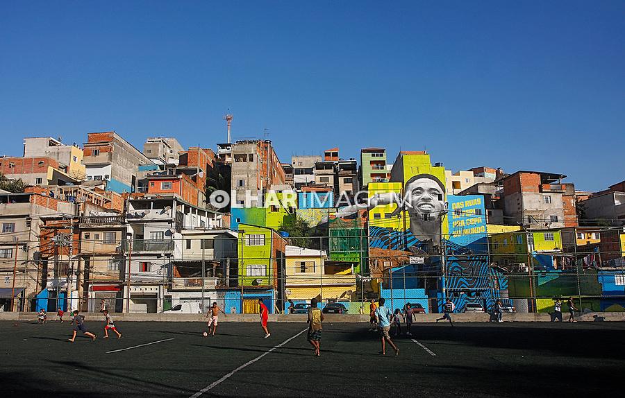 Jogo de bola em campo de futebol society, Jardim Pery, Sao Paulo. 2018. Foto de Euler Paixão