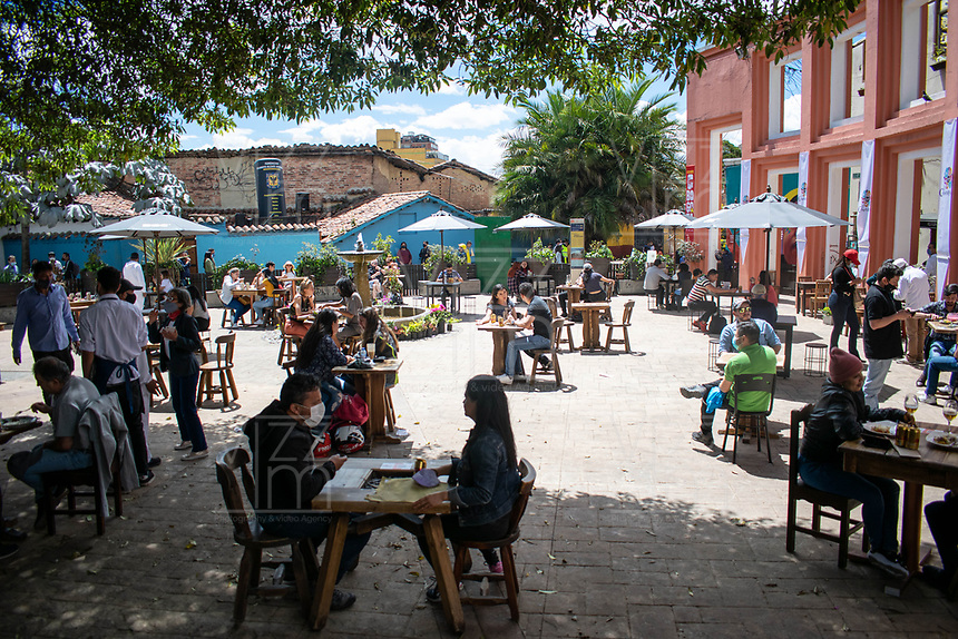 "BOGOTA - COLOMBIA, 05-09-2020: Primer día del piloto de apertura de restaurantes y cafés al aire libre, denominado ""Bogotá a Cielo Abierto"", en el Chorro de Quevedo en el centro de Bogotá que ahora tiene sus calles pintadas con formas geométricas en pintura neón y cuenta con mesas, distribuidas estratégicamente para mantener el distanciamiento físico al finalizar la cuarentena total en el territorio colombiano causada por la pandemia  del Coronavirus, COVID-19. / First day of the pilot for the opening of restaurants and outdoor cafes, called ""Bogotá a Cielo Abierto"", in Chorro de Quevedo in the center of Bogotá, which now has its streets painted with geometric shapes in neon paint and has tables, strategically distributed to maintain physical distancing at the end of the total quarantine in the Colombian territory caused by the Coronavirus pandemic, COVID-19. Photo: VizzorImage / Johan Rugeles / Cont"