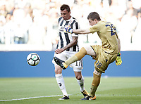 Calcio, Serie A: Torino, Allianz Stadium, 19 agosto 2017. <br /> Juventus' Mario Mandzukic (l) in action with Cagliari's goalkeeper Alessio Cragno (r) during the Italian Serie A football match between Juventus and Cagliari at Torino's Allianz Stadium, August 19, 2017.<br /> UPDATE IMAGES PRESS/Isabella Bonotto