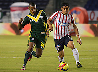 BARRANQUILLA- COLOMBIA - 25-09-2013: Maicol Ortega (Der.) jugador del Atletico Junior disputa el balón con Daniel Santoya (Izq.) jugador del Deportes Quindio durante el partido en el estadio Metropolitano Roberto Melendez de la ciudad de Barranquilla, septiembre 25 de 2013. Atletico Junior y Deportes Quindio durante partido por la undecima  fecha de las de la Liga Postobon II. (Foto: VizzorImage / Alfonso Cervantes / Str).  Maicol Ortega (R) player of Atletico Junior vies for the ball with Daniel Santoya (L) player of Deportes Quindio during a math in the Metropolitano Roberto Melendez Stadium in Barranquilla city, September 25, 2013. Atletico Junior and Deportes Quindio in a match for the eleventh round of the Postobon League II. (Photo: VizzorImage / Alfonso Cervantes / Str).