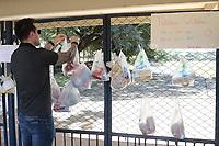 Campinas (SP), 05/04/2020 - Covid-19/Doacao Alimentos - Moradores da cidade de Campinas, interior de Sao Paulo, deixam alimentos para as pessoas que necessitam neste momento de pandemia de coronavirus, no portao do Kartdodromo da Lagoa do Taquaral, nesta domingo (5).. Foto: Denny Cesare/Codigo 19 (Foto: Denny Cesare/Codigo 19/Codigo 19)