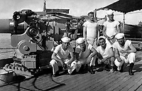 On board an American destroyer.  A five inch gun and its crew.  Ca.  1918.  Central News Photo Service.  (War Dept.)<br /> NARA FILE #:  165-WW-321C-1<br /> WAR & CONFLICT BOOK #:  470