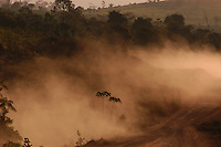 """ConstruÌda na dÈcada de 70 pelo governo militar a TransamazÙnica que durante as chavas se transformam em grandes atoleiros sofre com a chegada do ver""""o se transforma em enormes mantos de poeira.Altamira Par·, BrasilFoto Paulo Santos/Interfoto12/08/2005Rodovia BR 230, a Transamazônica.<br /> Construída no governo militar em 1970, nunca foi terminada.É a terceira maior rodovia do Brasil, com 4 223 km de comprimento, ligando Cabedelo, na Paraíba à Lábrea, no Amazonas, cortando sete estados brasileiros; Paraíba, Ceará, Piauí, Maranhão, Tocantins, Pará e Amazonas. Nasce na cidade de Cabedelo, na Paraíba, e segue até Lábrea, no Amazonas.É classificada como rodovia transversal. Em grande parte, principalmente no Pará e no Amazonas, a rodovia não é pavimentada.Anapú, Pará, Brasil.Foto Paulo Santos.<br /> 12/08/2005"""