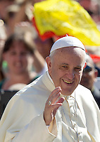 Papa Francesco saluta i fedeli al suo arrivo per la centesima udienza generale del mercoledi' in Piazza San Pietro, Citta' del Vaticano, 26 agosto 2015.<br /> Pope Francis waves to the faithful as he arrives for his hundredth weekly general audience in St. Peter's Square at the Vatican, 26 August 2015.<br /> UPDATE IMAGES PRESS/Riccardo De Luca<br /> <br /> STRICTLY ONLY FOR EDITORIAL USE