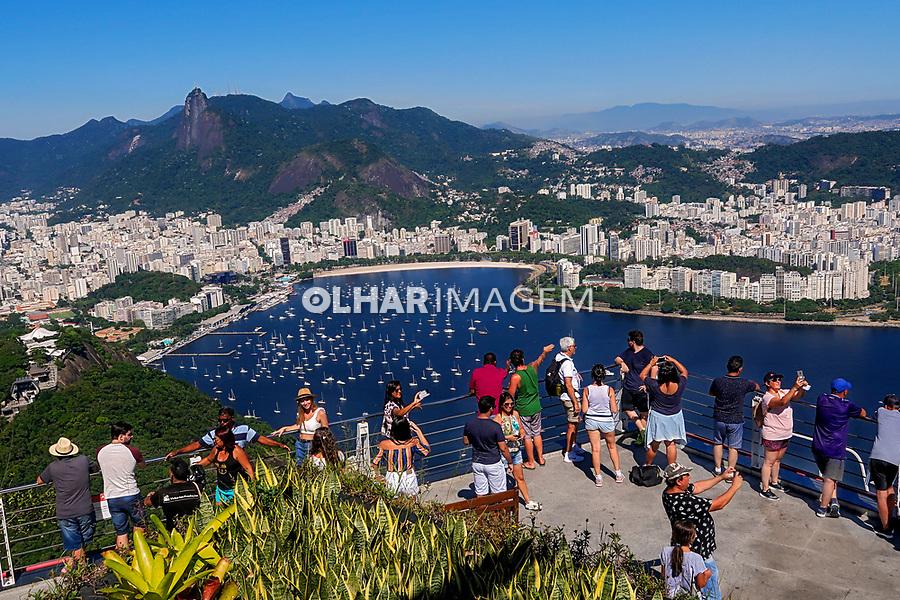 Turistas no Pao de Açucar, Enseada de Botafogo e Morro do Corcovado, Rio de Janeiro. 2019. Foto © Juca Martins.