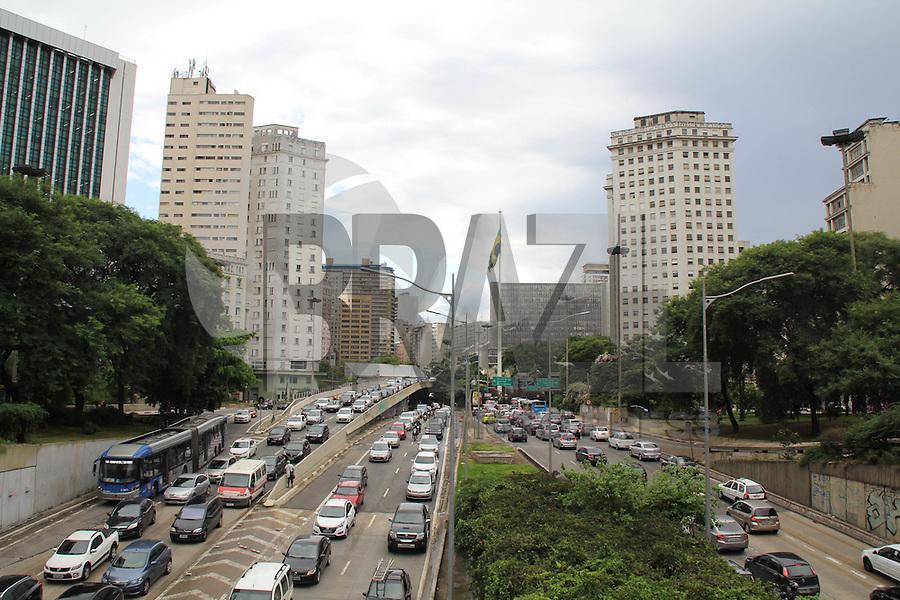 SÃO PAULO, SP - 18.02.2016 - TRÂNSITO-SP - Trânsito na av. Prestes Maia, no final da tarde desta quinta-feira (18), região central de São Paulo. (Foto: Fabricio Bomjardim/Brazil Photo Press)
