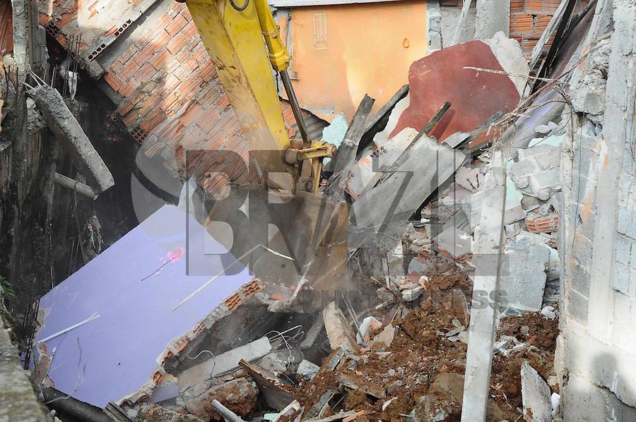 ATENÇÃO EDITOR: FOTO EMBARGADA PARA VEÍCULOS INTERNACIONAIS. SAO PAULO-SP) 15 DE JANEIRO 2013 - DEMOLICAO CASAS.SP - CIDADES - A prefeitura e a defesa civil comeca a demolicao das Cinco casas que desabaram parcialmente em função das chuvas da noite de segunda-feira (14) na comunidade Pingo de Ouro, no Jabaquara, zona sul de São Paulo.. ADRIANO LIMA / BRAZIL PHOTO PRESS).