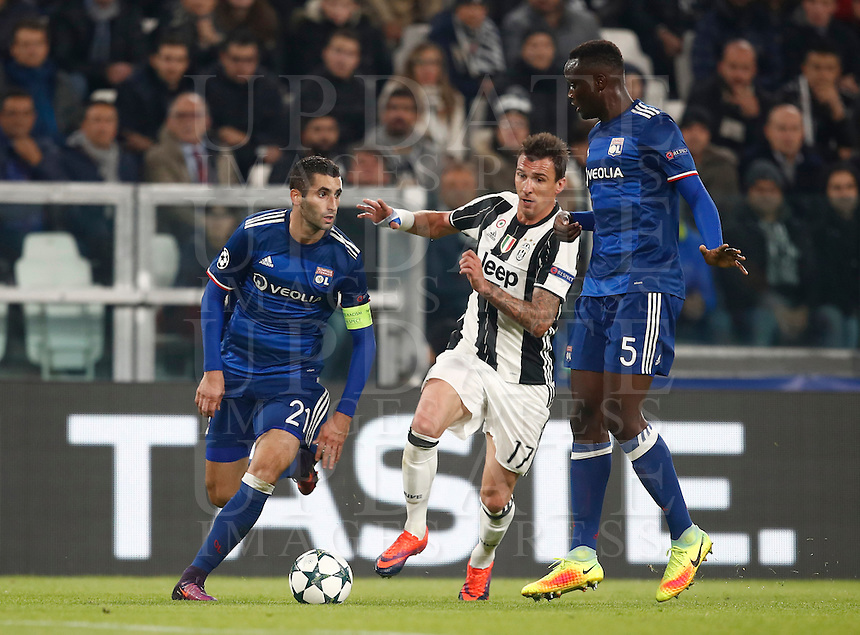 Calcio, Champions League: Gruppo H, Juventus vs Lione. Torino, Juventus Stadium, 2 novembre 2016. <br /> Lyon's Maxime Gonalons, left, and Mouctar Diakhaby, right, and Juventus' Mario Mandzukic fight for the ball during the Champions League Group H football match between Juventus and Lyon at Turin's Juventus Stadium, 2 November 2016. The game ended 1-1.<br /> UPDATE IMAGES PRESS/Isabella Bonotto