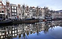 Nederland  Amsterdam - 31 december 2020.   Grachtenpanden weerspiegeld in het water.   Foto : ANP/ HH / Berlinda van Dam