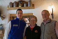 Europe/Italie/Vénétie/Dolomites/env Cortina d'Ampezzo: Ferme Auberge refuge Mallaga Ra Stua dans le Parc Naturel des Dolomites  - la famille Menardi Parents et fils