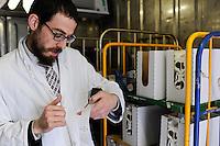 DEUTSCHLAND Meierei Kruses Hofmilch in Rellingen<br /> Schleswig-Holstein, Herstellung von koscheren Milchprodukten unter Kontrolle des juedischen Rabbiner Shmuel Havlin von der juedischen Gemeinde Hamburg, der die Label auf die Produkte klebt