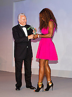 04-06-13, Tennis, France, Paris, Roland Garros,   ITF World Champions Dinner,Serena Williams receives the trophy from ITF president Ricci Bitty