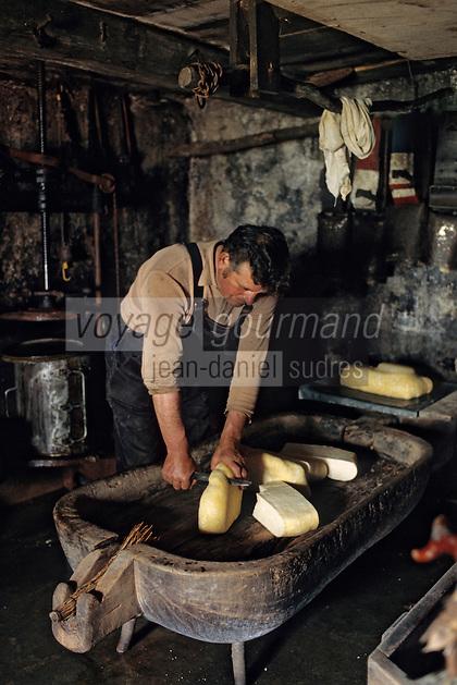 """Europe/France/Auvergne/12/Aveyron: Aubrac - Fabrication de la """"Fourme de Laguiole"""" au buron de Canut [Non destiné à un usage publicitaire - Not intended for an advertising use]<br /> PHOTO D'ARCHIVES // ARCHIVAL IMAGES<br /> FRANCE 1980"""