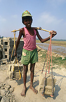 INDIA Westbengal, dalit children work as bonded labourer in brick industry near Kolkata / INDIEN Dalit Kinder arbeiten in Ziegelei bei Kalkutta