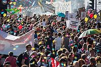 """Am Samstag den 13. Oktober 2018 demonstrierten nach Veranstalterangaben ueber 140.000 Menschen in Berlin mit der Demonstration #unteilbar gegen den Rechtsruck in der Gesellschaft und der Politik. Sie forderten """"Eine offene und freie Gesellschaft - Solidaritaet statt Ausgrenzung"""".<br /> Die Demonstration zog vom Alexanderplatz zur Siegessaeule, wo die Abschlusskundgebung mit Redebeitraegen und Livemusik, u.a. mit Herbert Groenemyer, stattfand.<br /> 13.10.2018, Berlin<br /> Copyright: Christian-Ditsch.de<br /> [Inhaltsveraendernde Manipulation des Fotos nur nach ausdruecklicher Genehmigung des Fotografen. Vereinbarungen ueber Abtretung von Persoenlichkeitsrechten/Model Release der abgebildeten Person/Personen liegen nicht vor. NO MODEL RELEASE! Nur fuer Redaktionelle Zwecke. Don't publish without copyright Christian-Ditsch.de, Veroeffentlichung nur mit Fotografennennung, sowie gegen Honorar, MwSt. und Beleg. Konto: I N G - D i B a, IBAN DE58500105175400192269, BIC INGDDEFFXXX, Kontakt: post@christian-ditsch.de<br /> Bei der Bearbeitung der Dateiinformationen darf die Urheberkennzeichnung in den EXIF- und  IPTC-Daten nicht entfernt werden, diese sind in digitalen Medien nach §95c UrhG rechtlich geschuetzt. Der Urhebervermerk wird gemaess §13 UrhG verlangt.]"""