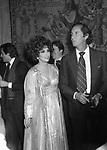 GINA LOLLOBRIGIDA CON LUIS MIGUEL DOMINGUIN  - PREMIO THE BEST PALAZZO PECCI BLUNT ROMA  1977