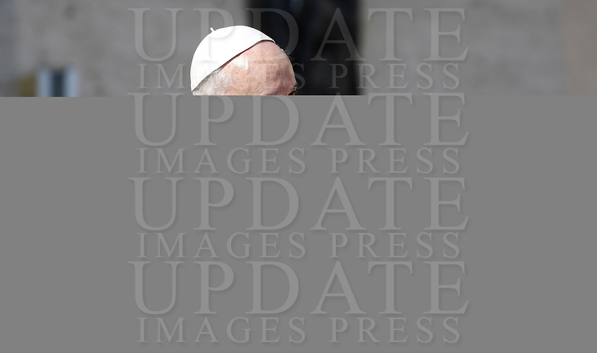 Papa Francesco saluta i fedeli al suo arrivo all'udienza generale del mercoledi' in Piazza San Pietro, Citta' del Vaticano, 31 maggio, 2017.<br /> Pope Francis waves to faithful as he arrives to lead his weekly general audience in St. Peter's Squareat the Vatican, on May 31, 2017.<br /> UPDATE IMAGES PRESS/Isabella Bonotto<br /> STRICTLY ONLY FOR EDITORIAL USE