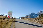 Austria, East-Tyrol, High Tauern National Park, at Staller Sattel, the passroad connects Valley Defereggen in Austria with Valle d'Anterselva in Italy | Oesterreich, Osttirol, Nationalpark Hohe Tauern, am Staller Sattel, die Passstrasse verbindes das Defereggental mit dem Antholzertal in Suedtirol, vom Obersee in Oesterreich nach Italien ist die Durchfahrt von der 0. bis zur 15. Minute, die Fahrt vom Antholzer See in Italien nach Oesterreich von der 30. bis zur 45. Minute jeder Stunde moeglich, Ampelregelung