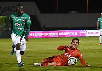 TUNJA - COLOMBIA, 04-02-2020: Daniel Mantilla de Patriotas disputa el balón con Andres Colorado de Cali durante partido por la fecha 3 de la Liga BetPlay DIMAYOR I 2020 entre Patriotas Boyacá y Deportivo Cali jugado en el estadio La Independencia de la ciudad de Tunja. / Daniel Mantilla of Patriotas fights for the ball with Andres Colorado of Cali during match for the date 3 of the BetPlay DIMAYOR League I 2020 between Patriotas Boyaca and Deportivo Cali played at La Independencia stadium in Tunja city. Photo: VizzorImage / Edward Leguizamon / Cont