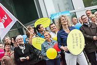 """2. Verhandlungsrunde ueber einen Tarifvertrag fuer das Bankgewerbe.<br /> Mit einer """"Aktiven Fruehstueckspause"""" in Berlin haben Mitglieder der Dienstleistungsgewerkschaft ver.di am Mittwoch den 1. Juni 2016 vor der Investitionsbank Berlin (IBB) versucht der Arbeitgeberseite signalisiert, dass sie einen schnellen Tarifabschluss wuenschen. Sie hielten dabei Schilder mit Aufschriften """"Tarifabschluss ist kinderleicht, wenn man sich die Haende reicht!"""", """"Backe, backe Kuchen … ver.di hat gerufen"""", """"Eene meene muh und raus bist du!"""", """"Eene meene muh ... der Arbeitgeber spielt blinde Kuh"""" und """"Tri tra trallala, erwirtschaftete Gewinne sind fuer alle da"""".<br /> 1.6.2016, Berlin<br /> Copyright: Christian-Ditsch.de<br /> [Inhaltsveraendernde Manipulation des Fotos nur nach ausdruecklicher Genehmigung des Fotografen. Vereinbarungen ueber Abtretung von Persoenlichkeitsrechten/Model Release der abgebildeten Person/Personen liegen nicht vor. NO MODEL RELEASE! Nur fuer Redaktionelle Zwecke. Don't publish without copyright Christian-Ditsch.de, Veroeffentlichung nur mit Fotografennennung, sowie gegen Honorar, MwSt. und Beleg. Konto: I N G - D i B a, IBAN DE58500105175400192269, BIC INGDDEFFXXX, Kontakt: post@christian-ditsch.de<br /> Bei der Bearbeitung der Dateiinformationen darf die Urheberkennzeichnung in den EXIF- und  IPTC-Daten nicht entfernt werden, diese sind in digitalen Medien nach §95c UrhG rechtlich geschuetzt. Der Urhebervermerk wird gemaess §13 UrhG verlangt.]"""