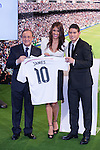 Colombian player, James Rodriguez (R), poses with Real Madrid´s President Florentino Perez and his wife during his official presentation as a new Real Madrid player at the Santiago Bernabeu stadium in Madrid, Spain. July 22, 2013. (ALTERPHOTOS/Victor Blanco)