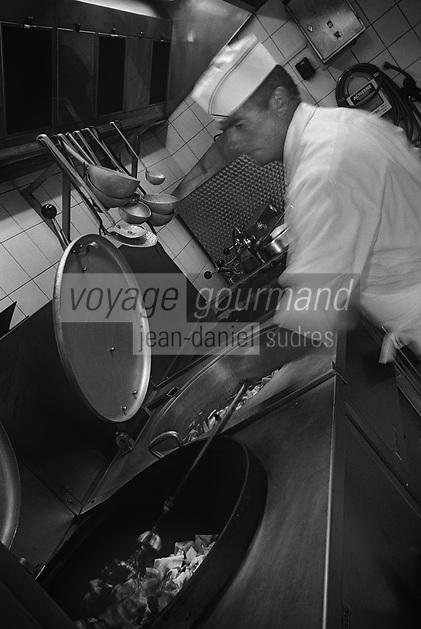 Europe/France/Normandie/Basse-Normandie/61/Orne/Connerré : Mr Després spécialiste de la rillette sarthoise dans son laboratoire  // Europe / France / Normandy / Lower Normandy / 61 / Orne / Connerré: Mr Després specialist in Sarthoise rillette in his laboratory