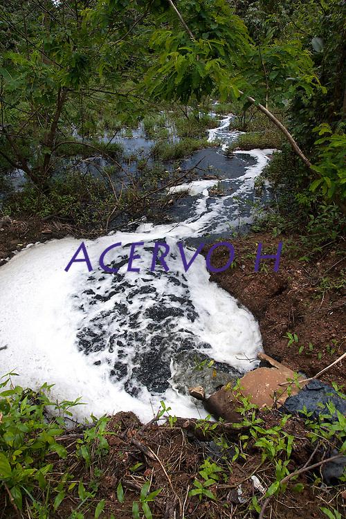 Lixão do Aurá.<br /> Chorume é lançado nos igarapés que formam as bacias hidrográficas na região sem nenhum tratamento.<br /> <br /> Cerca  2 mil toneladas de lixo  são coletados  de  450 mil residências diariamente e depositados  a céu aberto sem nenhum tratamento no lixão do Aurá que serve a grande Belém. .  .<br /> O chorume que escorre do lixo segue para os rios que fazem parte da APA Belém contaminando o rio Aurá e os lagos Bolonha e Água Preta.<br /> Segundo estudo do Instituto Brasileiro de Geografia e Estatística (IBGE), Belém é a cidade com mais de um milhão de habitantes que apresenta o pior índice de esgoto a céu aberto no entorno de residências com quadras definidas. O levantamento foi feito com base na pré-coleta de dados do Censo 2010 e avaliou 96,9% dos domicílios urbanos do país, não levando em consideração favelas e outras ocupações irregulares. Outro estudo, do Instituto Trata Brasil, coloca Belém no 73ª lugar em um ranking de 81 cidades no quesito coleta e tratamento sanitário. Com cerca de 1,4 milhões de habitantes, apenas 6% dos belenenses são atendidos com serviço de esgoto sanitário adequado.<br /> Belém, Pará, Brasil<br /> Foto Paulo Santos<br /> 21 / 03 / 2013