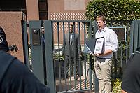 """Reporter ohne Grenzen (ROG) protestierte am Montag den 30. Juli 2018 weltweit fuer die Freilassung des seit fast fuenf Jahren inhaftierten aegyptischen Fotojournalisten Mahmud Abu Seid - """"Shawkan"""".<br /> Shawkan arbeitete als freier Fotograf unter anderem fuer die Agenturen Demotix und Corbis sowie fuer das deutsche Magazin Focus. Er wurde am 14. August 2013 in Kairo festgenommen, als er ueber die gewaltsame Aufloesung der Protestcamps von Anhaengern des gestuerzten Praesidenten Mohammed Mursi berichtete. In der Haft ist Shawkan schwer an Hepatitis C erkrankt.<br /> Im Bild: In Berlin uebergab der Geschaeftsfuehrer von ROG-Deutschland, Christian Mihr, Unterschriften aus einer Protestmail-Aktion an die aegyptischen Botschaft.<br /> 30.7.2018, Berlin<br /> Copyright: Christian-Ditsch.de<br /> [Inhaltsveraendernde Manipulation des Fotos nur nach ausdruecklicher Genehmigung des Fotografen. Vereinbarungen ueber Abtretung von Persoenlichkeitsrechten/Model Release der abgebildeten Person/Personen liegen nicht vor. NO MODEL RELEASE! Nur fuer Redaktionelle Zwecke. Don't publish without copyright Christian-Ditsch.de, Veroeffentlichung nur mit Fotografennennung, sowie gegen Honorar, MwSt. und Beleg. Konto: I N G - D i B a, IBAN DE58500105175400192269, BIC INGDDEFFXXX, Kontakt: post@christian-ditsch.de<br /> Bei der Bearbeitung der Dateiinformationen darf die Urheberkennzeichnung in den EXIF- und  IPTC-Daten nicht entfernt werden, diese sind in digitalen Medien nach §95c UrhG rechtlich geschuetzt. Der Urhebervermerk wird gemaess §13 UrhG verlangt.]"""