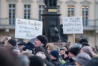 """Etwa 1.000 Menschen kamen am Sonntag den 8. Februar 2015 in Dresden zu einer Kundgebung der Pegida-Abspaltung """"Direkte Demokratie fuer Europa"""" DDfE. Angemeldet hatten die Veranstalter eine Versammlung mit 5.000 Menschen. Die Redner rechtfertigten die Abspaltung von Pegida mit politischen Differenzen, wenngleich sie indirekt dazu aufriefen sich am kommenden Tag an der Pegida-Veranstaltung zu beteiligen. In den Reden wurde sich u.a. ueber die Fluechtlingspolitik in Deutschland und ueber eine """"mangelnde Einbeziehung des Volkes"""" in politische Entscheidungen beklagt.<br /> 8.2.2015, Dresden<br /> Copyright: Christian-Ditsch.de<br /> [Inhaltsveraendernde Manipulation des Fotos nur nach ausdruecklicher Genehmigung des Fotografen. Vereinbarungen ueber Abtretung von Persoenlichkeitsrechten/Model Release der abgebildeten Person/Personen liegen nicht vor. NO MODEL RELEASE! Nur fuer Redaktionelle Zwecke. Don't publish without copyright Christian-Ditsch.de, Veroeffentlichung nur mit Fotografennennung, sowie gegen Honorar, MwSt. und Beleg. Konto: I N G - D i B a, IBAN DE58500105175400192269, BIC INGDDEFFXXX, Kontakt: post@christian-ditsch.de<br /> Bei der Bearbeitung der Dateiinformationen darf die Urheberkennzeichnung in den EXIF- und  IPTC-Daten nicht entfernt werden, diese sind in digitalen Medien nach §95c UrhG rechtlich geschuetzt. Der Urhebervermerk wird gemaess §13 UrhG verlangt.]"""