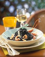 """Europe/Italie/Calabre/Vibo Marina : Taglioni à l'encre de seiche - Recette d'Antonio Pascale chef des pâtes au restaurant """"Approdo"""" - Stylisme : Valérie LHOMME"""