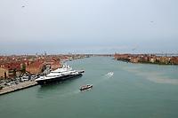 Blick in den großen Kanal von Venedig - 26.11.2017: Hafeneinfahrt Venedig mit der Costa Deliziosa